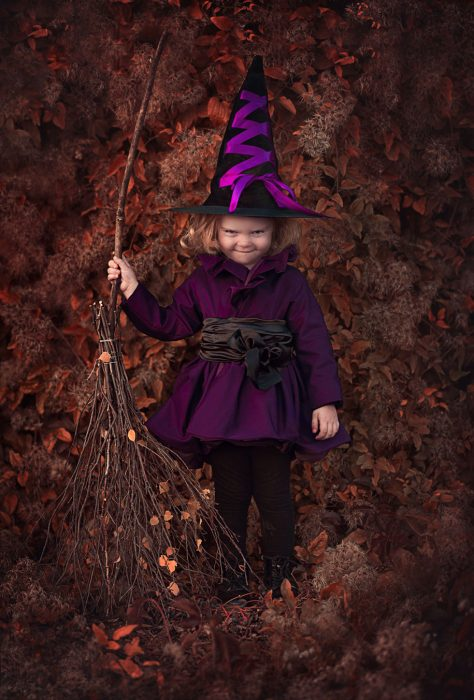 Pequeña disfrazada de bruja