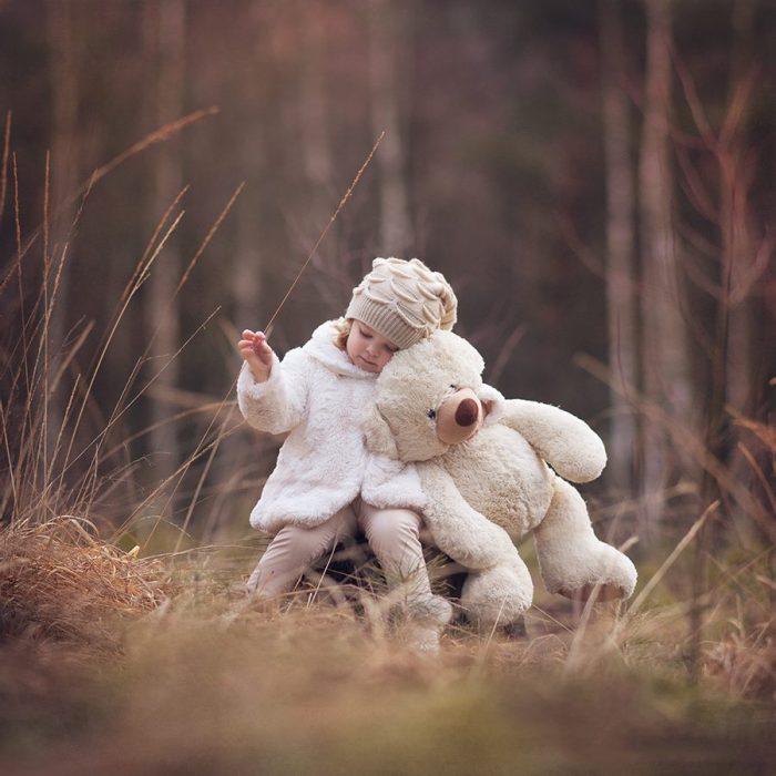 Pequeña abrazando a su oso