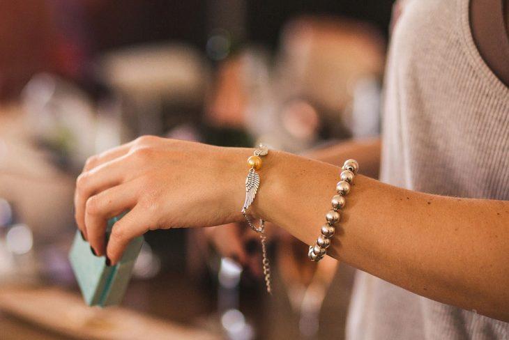 Chica usando una pulsera con la snitch dorada de harry potter