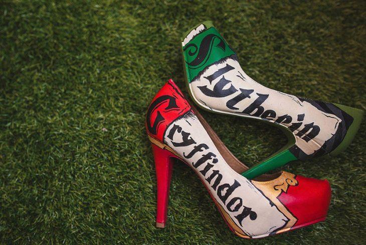Zapatillas de una chica pintada con el nombre de las casas de Harry Potter