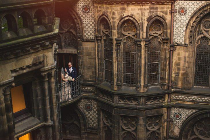 Pareja de novios recreando las escenas de Harry Potter el día de su boda