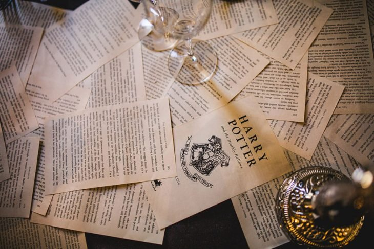hojas de libros esparcidas en una mesa