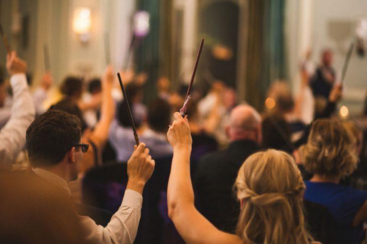 Invitados de una boda agitando sus varitas mágicas
