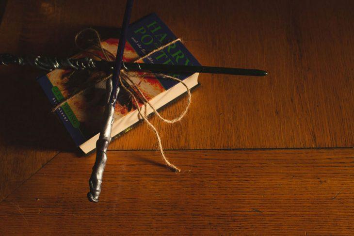 Libro de harry potter con varitas de la película