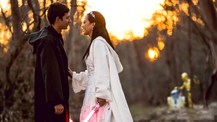 Pareja de novios besándose el día de su boda inspirada en Star Wars