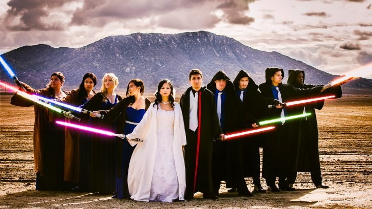 Pareja de novios posando con sus invitados día de su boda inspirada en Star Wars