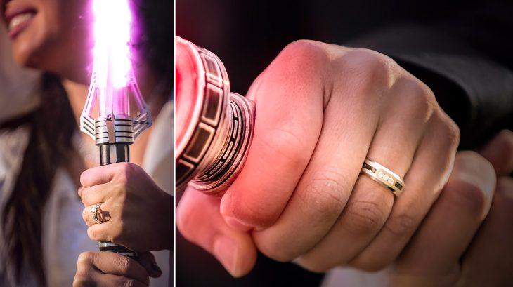 Pareja de novios mostrando sus anillos el día de su boda inspirada en Star Wars