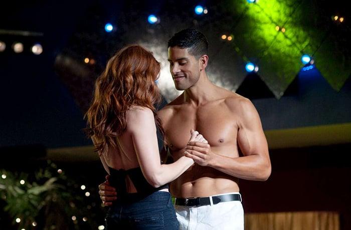 hombre sin camisa bailando con chica peliroja