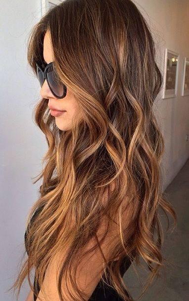 Chica con el cabello pintado en tonos cinnamon roll