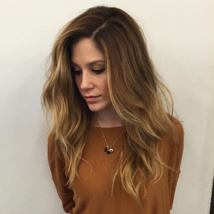 Chica con el cabello teñido en tono cinnamon roll en un