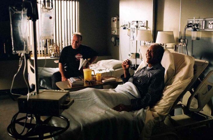 Escena de la película the bucket list hombres enfermos en un hospital