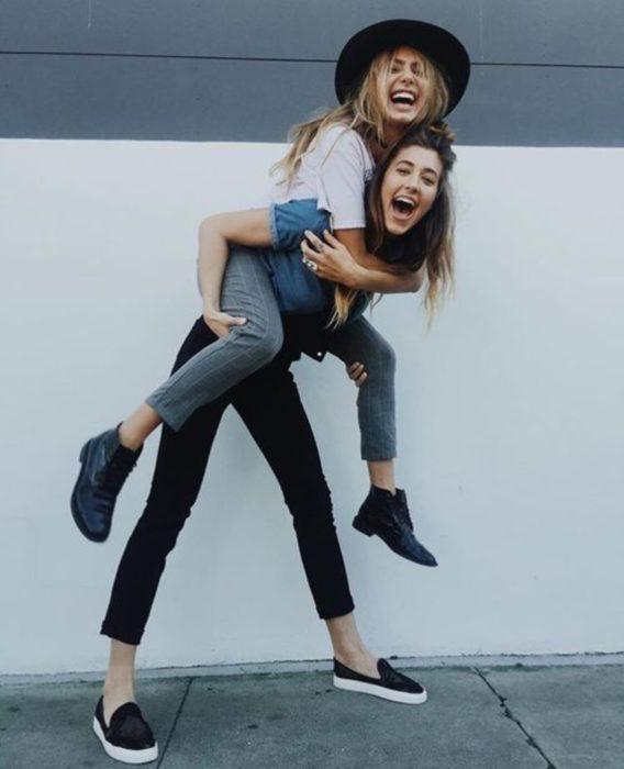 Personalidad de chica sagitario; par de amigas abrazándose y riendo