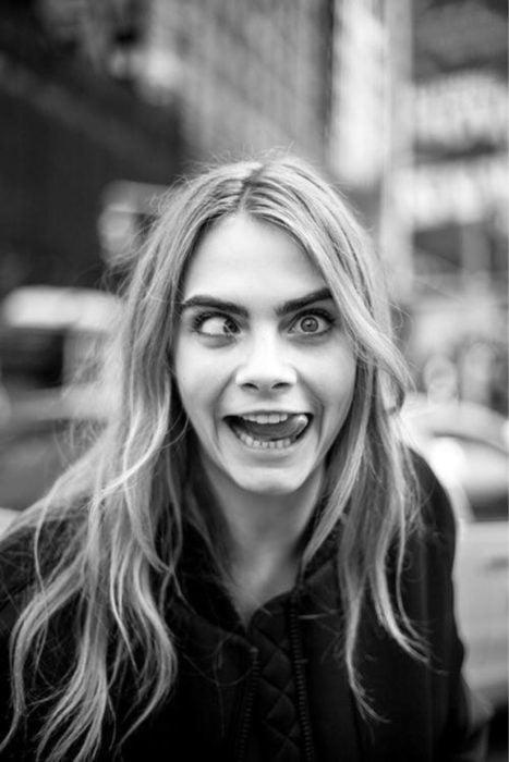 Personalidad de chica sagitario; Cara Delevingne haciendo bizcos y sacando la lengua