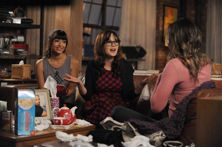 Escena de la serie new girl chicas conversando en un sofá