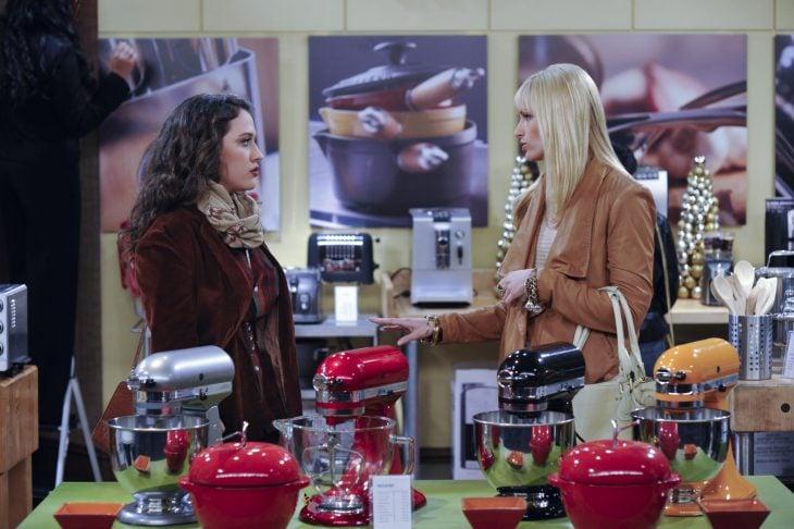Escena de la serie Two Broke Girls chicas conversando