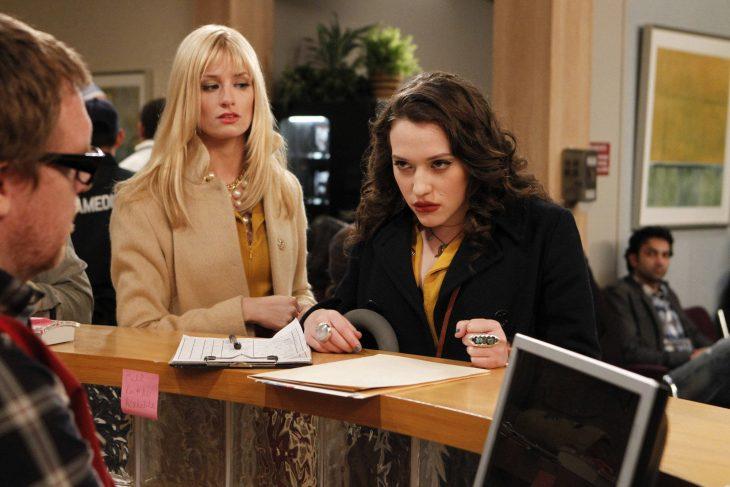 Escena de la serie two broke girls chica enojada frente a un escritorio