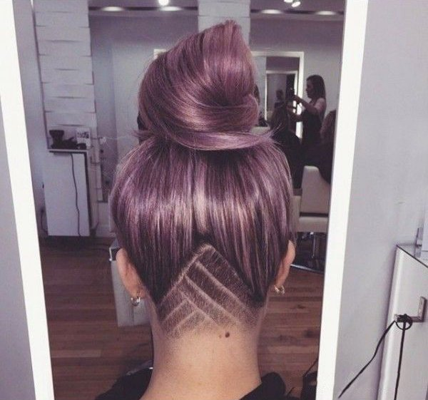 Chica con el cabello rapado en la parte de la nuca
