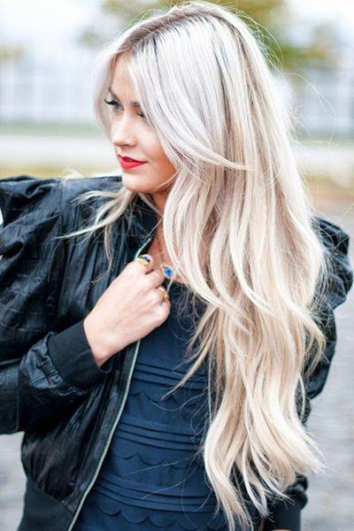 Chica con el cabello rubio platinado