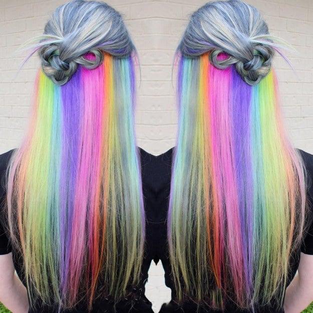 Chica con el cabello de arcoíris oculto entre el cabello gris