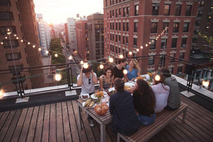 Cena con amigos en la ciudad