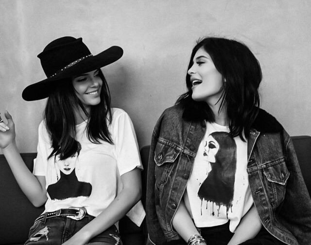 Kaylie y Kendall jenner conversando