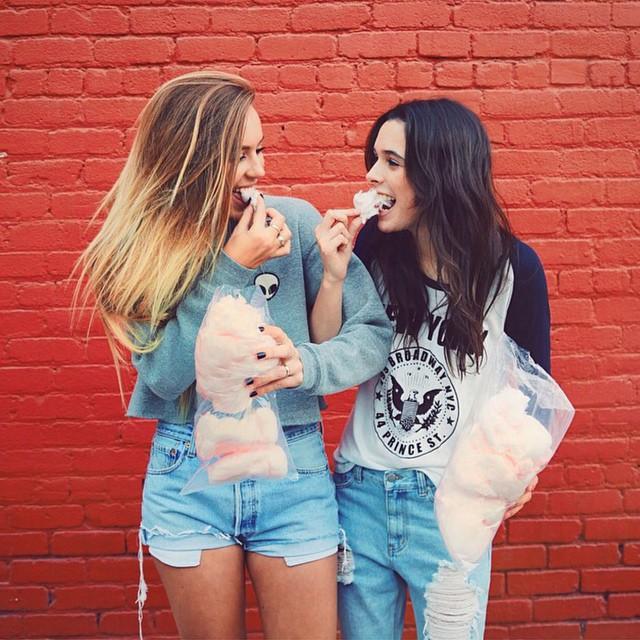 Chicas comiendo un algodón de azúcar