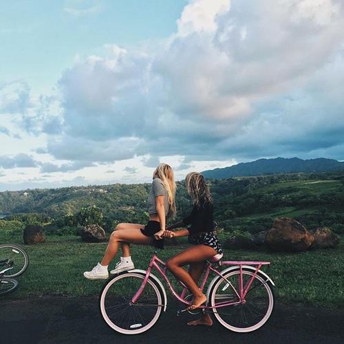 Chicas en una bicicleta paseando