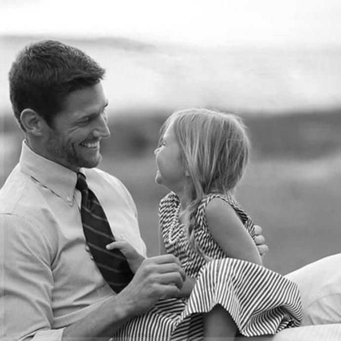 Padre conversando con su hija pequeña