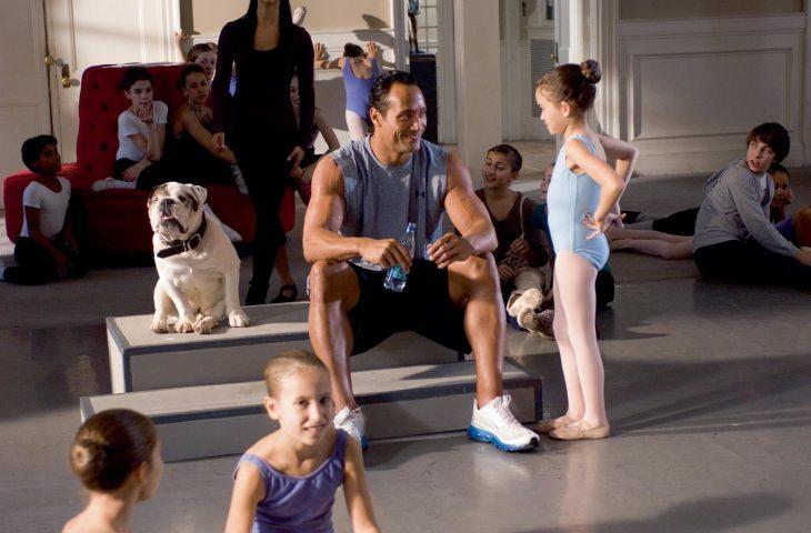 Escena de la película entrenando a papá. Niña entrenando ballet junto a su papá