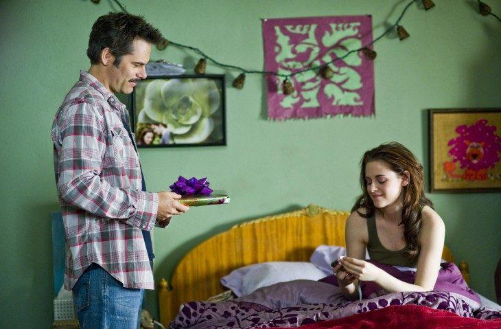 Escena de la película crepúsculo. Padre dando un regalo a su hija