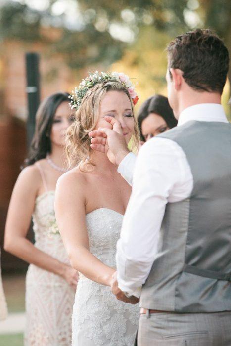 Chica llorando de felicidad el día de su boda