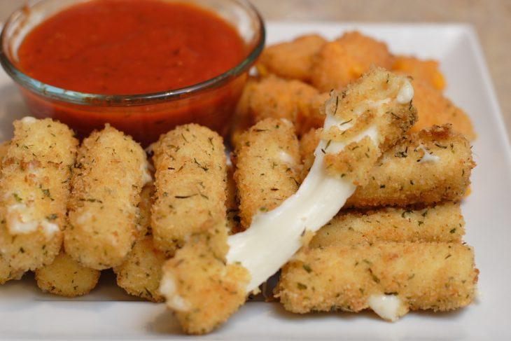 Dedos de queso con un dep de tomate