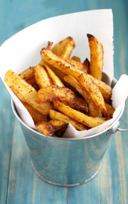 Cubeta llena de papas fritas