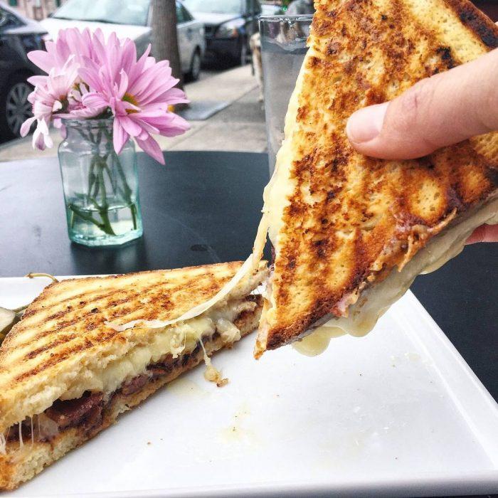 Sandwich de queso derretido y carne