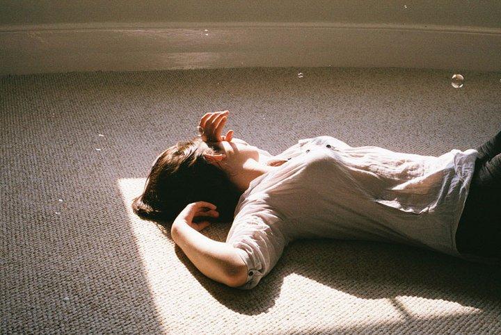 chica acostada en el suelo