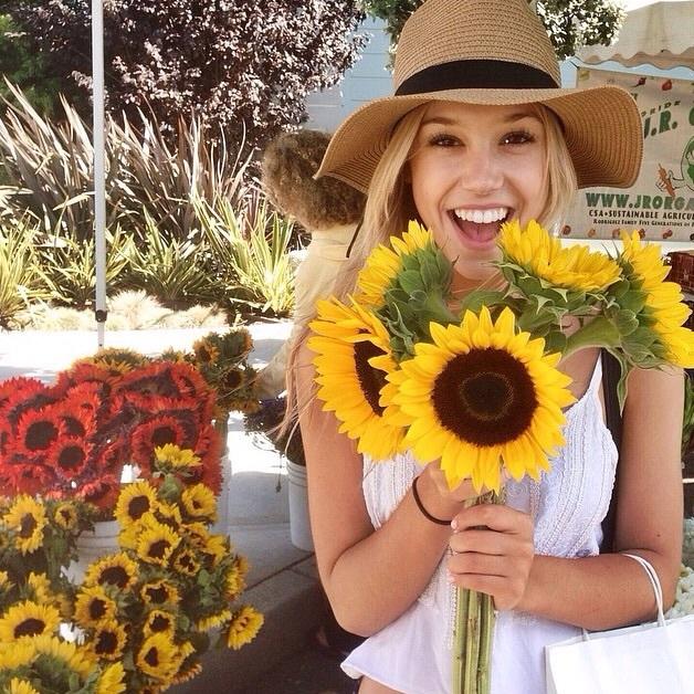 Chica con girasoles sonriendo