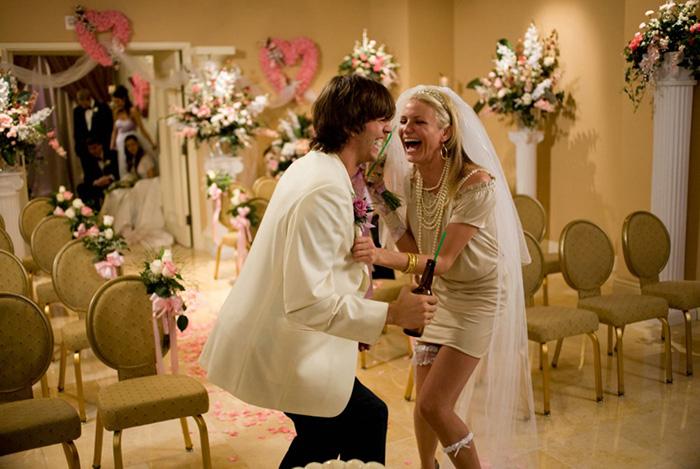 mujer y hombre riendo a carcajadas en boda