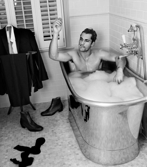hombre sentado en bañera con espuma