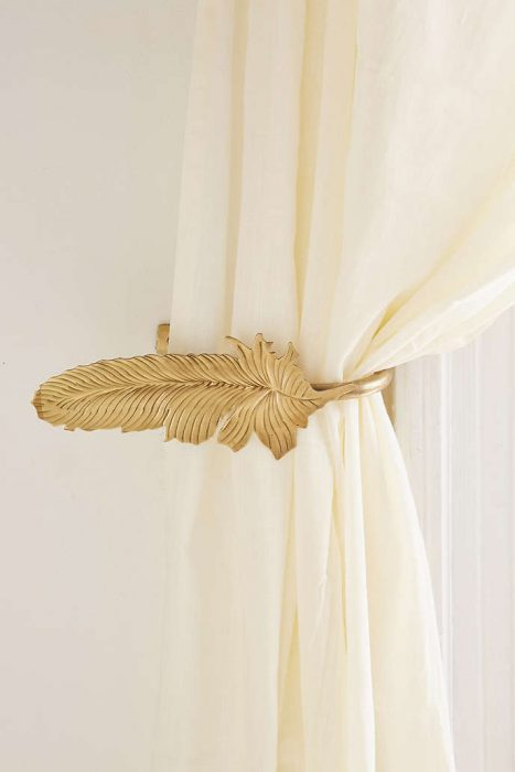 Pluma que detiene las cortinas