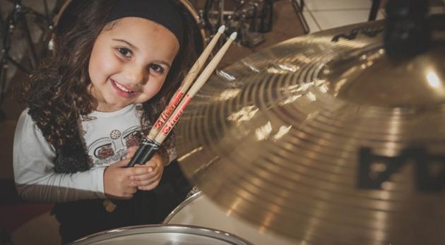 niña 6 años toca bateria