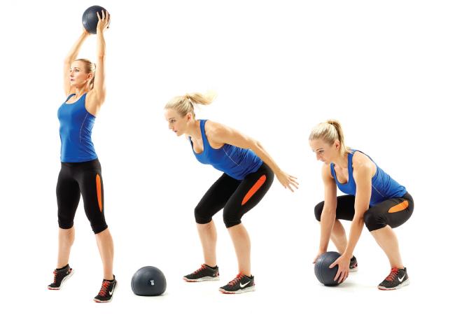 Chica realizando ejercicios con una bola medicinal