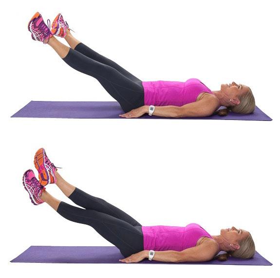 Chica realizando ejercicios para las abdominales de Criss-Cross