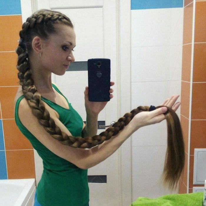 Chica mostrando su cabello trenzado hasta los tobillo s