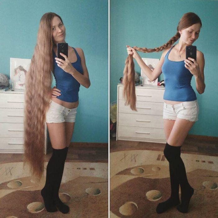 Chica mostrando su cabello hasta los tobillos antes y después de trenzarlo