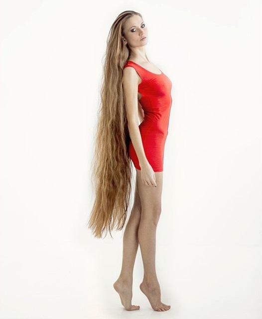 Chica posando con su cabello hasta los muslos