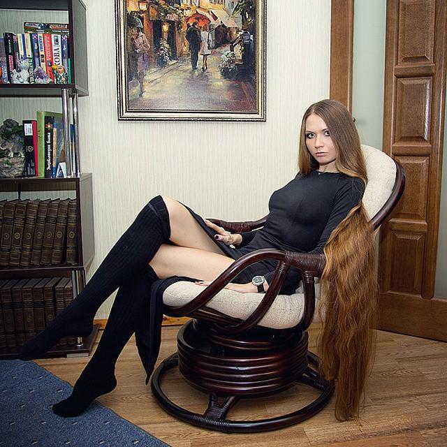 Chica sentada mostrando su cabello hasta los tobillos