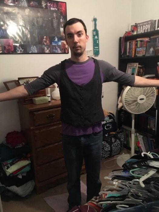 Chico usando la ropa de su novia para enviar un mensajes en redes sociales