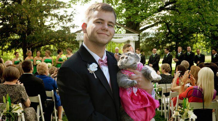 Chico photoshopeado con un gato el día de su boda