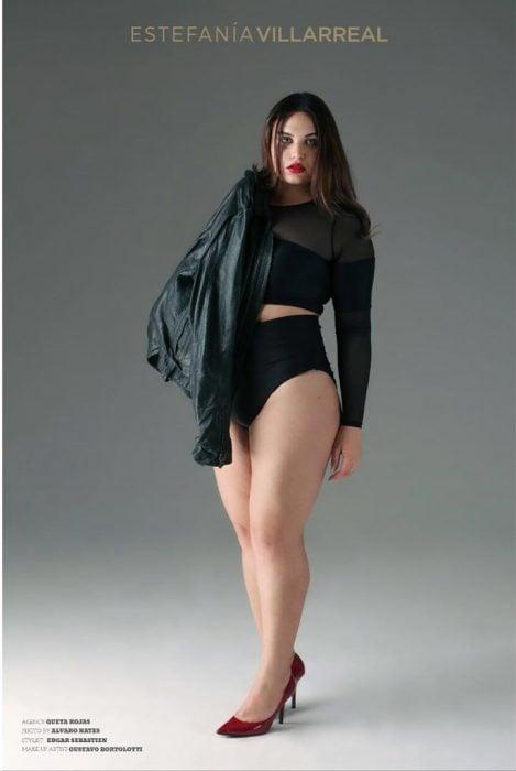 Estefania Villarreal luciendo un cuerpo espectacular en bikini