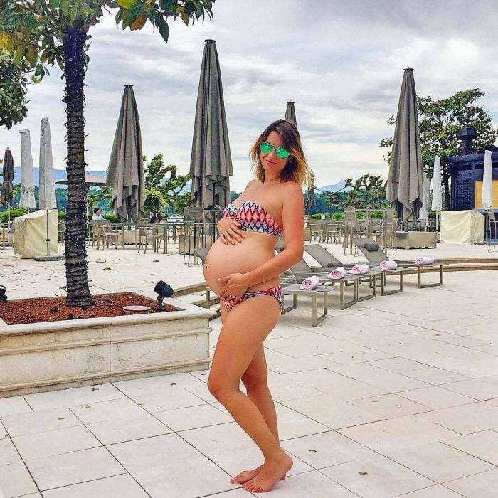 Chica en traje de baño mostrando su vientre de embarazo de 34 semanas
